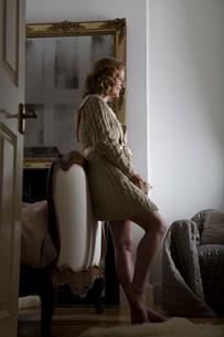 Mid adult woman wearing bathrobeの写真素材 [FYI03645844]