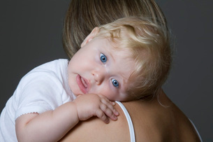 Baby girl resting on mother's armの写真素材 [FYI03645874]