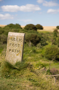 Stone sign marking footpathの写真素材 [FYI03645884]