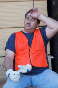 Warehouse worker cooling off from work pressureの写真素材 [FYI03645987]