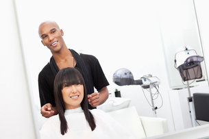 Hairstylist with female customer at beauty salonの写真素材 [FYI03646058]