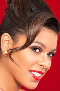 Close-up portrait of smiling young woman with red lipstickの写真素材 [FYI03646071]