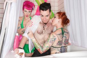 Erotic tattooed women seducing man in the bathtubの写真素材 [FYI03646100]