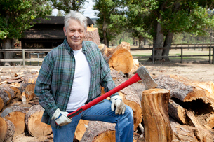 Portrait of senior lumber jack holding an axeの写真素材 [FYI03646123]