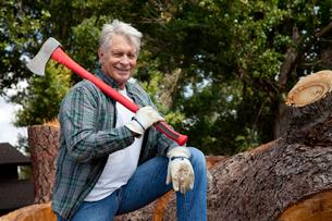Portrait of lumberjack holding an axeの写真素材 [FYI03646132]