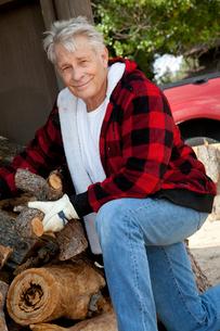 Portrait of senior man working at lumber industryの写真素材 [FYI03646153]