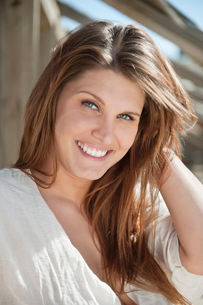 Portrait of a brunette young woman smilingの写真素材 [FYI03646343]