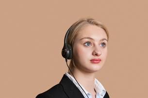 Beautiful female customer service representative over coloreの写真素材 [FYI03646371]