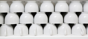Stack of clean white coffee cupsの写真素材 [FYI03646399]