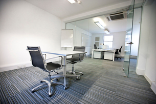 Wide view of office interiorの写真素材 [FYI03646519]