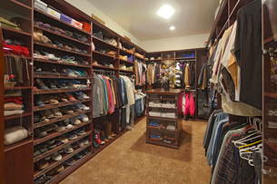 Walk in closet with organized clothingの写真素材 [FYI03646570]