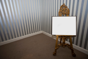Blank sign board on easelの写真素材 [FYI03646721]