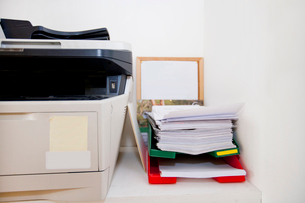 Close-up of printer and paperwork in real life officeの写真素材 [FYI03646732]