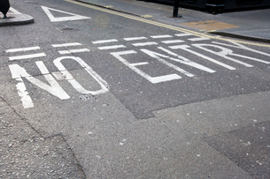Close-Up of road marking saying No Entry in London, UKの写真素材 [FYI03646784]