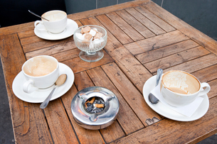 Close up of Coffee Cups on table in London, UKの写真素材 [FYI03646794]