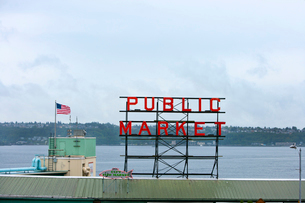Public Market sign at Seattle fish marketsの写真素材 [FYI03646818]