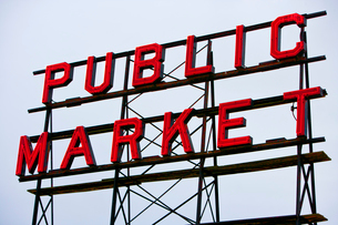 Public Market sign at Seattle fish marketsの写真素材 [FYI03646819]