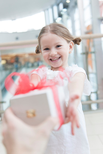 Young girl being giving a presentの写真素材 [FYI03646936]