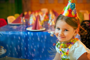 Young girl seated at her birthday tableの写真素材 [FYI03646962]