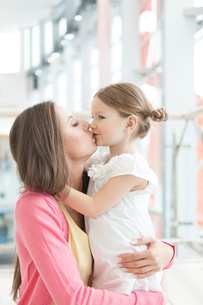 Mother and daughter hug and kissの写真素材 [FYI03646993]