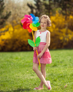 Young girl holding large Flower shaped wind wheelの写真素材 [FYI03647015]