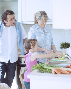Family making a healthy salad in the kitchenの写真素材 [FYI03647030]
