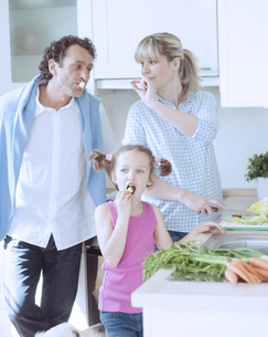 Family making a healthy salad in the kitchenの写真素材 [FYI03647032]