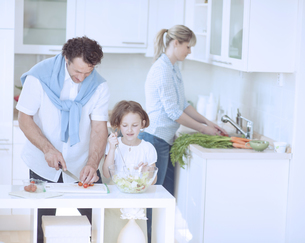 Family preparing healthy meal in kitchenの写真素材 [FYI03647046]