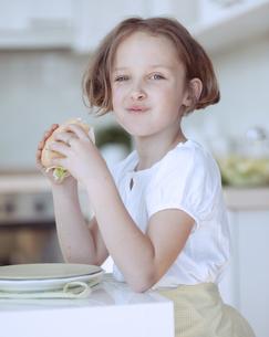 Beautiful Young Girl eating sandwichの写真素材 [FYI03647047]