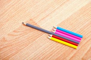 Studio shot of colored pencils in a rowの写真素材 [FYI03647089]