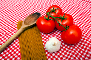 Spaghetti, Garlic and Tomato home cooking ingredientsの写真素材 [FYI03647095]
