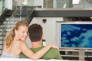 Portrait of young Caucasian woman with man watching movie onの写真素材 [FYI03647159]