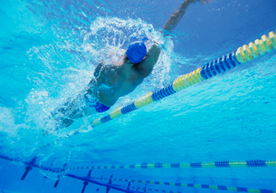 Young professional male athlete doing backstroke in swimmingの写真素材 [FYI03647309]