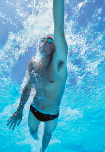 Professional male athlete swimming in poolの写真素材 [FYI03647310]