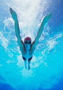 Professional young male athlete swimming in poolの写真素材 [FYI03647311]