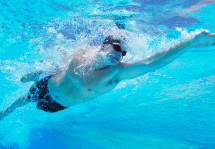Underwater shot of professional male athlete swimming in pooの写真素材 [FYI03647313]