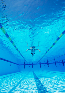 Underwater shot of male athlete swimming in poolの写真素材 [FYI03647318]