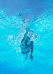 Underwater shot of professional male athlete swimming in pooの写真素材 [FYI03647324]