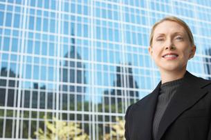 Businesswoman outside office building portraitの写真素材 [FYI03647415]