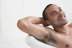 Man relaxing in bathtubの写真素材 [FYI03647458]