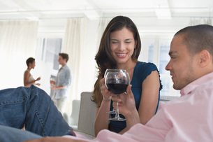Young couples drinking wine in living roomの写真素材 [FYI03647461]