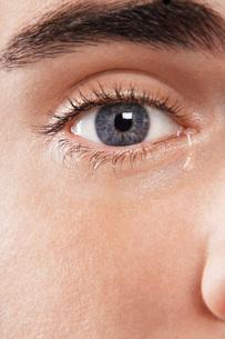 Man's eye cryingの写真素材 [FYI03647502]