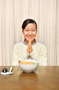 年越しそばを食べる女の子(大晦日、合掌)の写真素材 [FYI03647514]