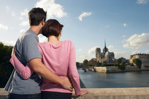 Paris France Couple embracing in front of Notre Dame Cathedrの写真素材 [FYI03647522]