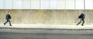 Teenager in suit following himself digitally enhancedの写真素材 [FYI03647636]