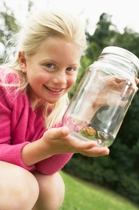 Girl Showing Insect in Jarの写真素材 [FYI03647809]