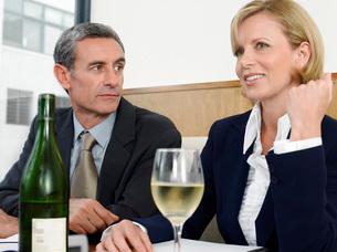 Businesspeople with wine in restaurantの写真素材 [FYI03648107]