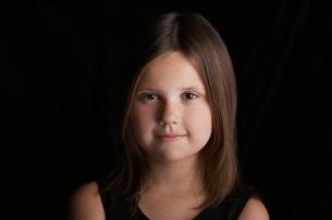 Girl (5-6) on black background portraitの写真素材 [FYI03648270]