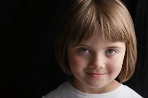 Girl (5-6) on black background portrait close-upの写真素材 [FYI03648300]