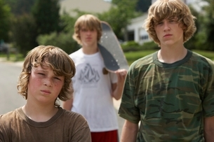 Three teenage brothers (13-17) standing on street portraitの写真素材 [FYI03648302]